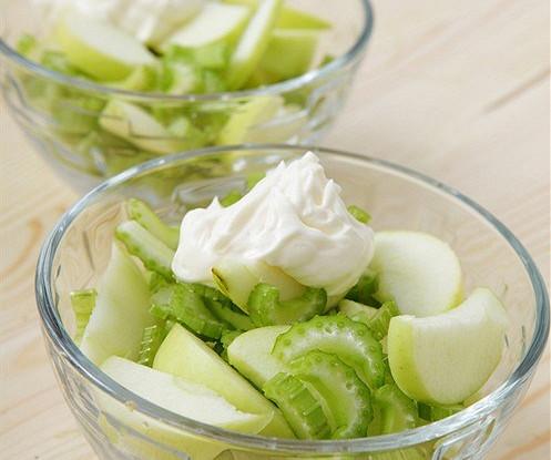 Простейший салат с сельдереем и зеленым яблоком