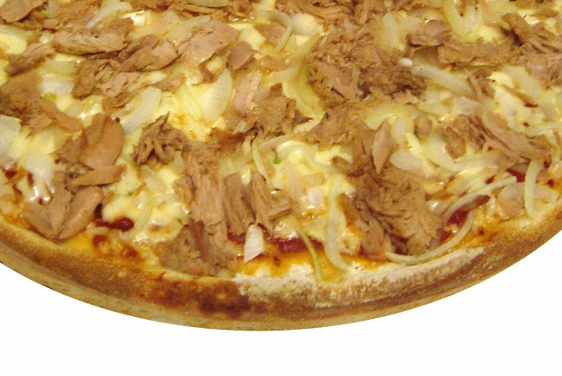Пицца с тунцом и бочковыми огурцами