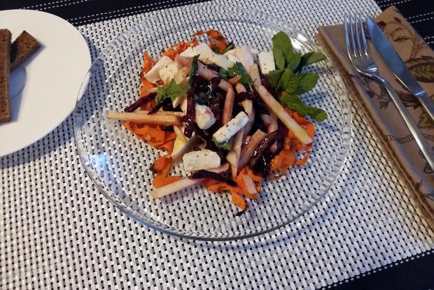 Салат из печеной свеклы с моцареллой и мятой