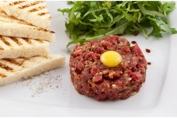 Тартар из говядины с каперсами, грибами и красным луком