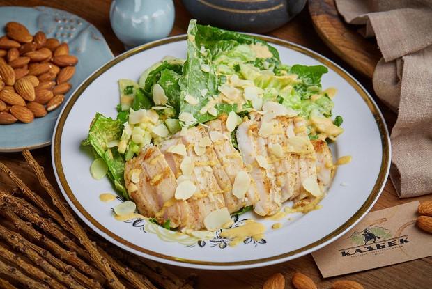 Теплый салат с курицей и баже из миндаля