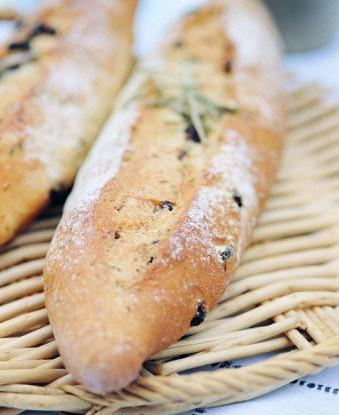 Хлеб с копченым беконом и красным луком