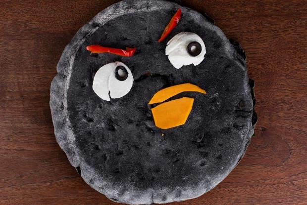 Черная пицца c фаршированными помидорами, рукколой и соусом из тунца