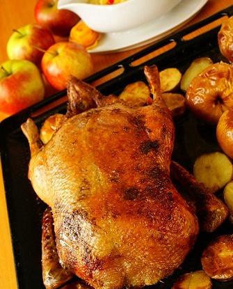 Жареная утка с яблоками и сельдереем