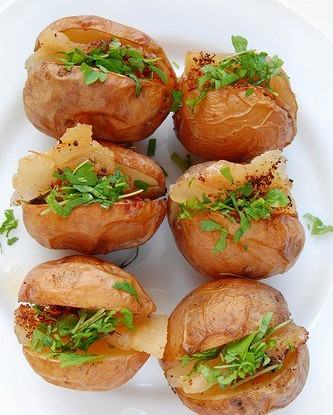 Печеный картофель с салатом и прошутто