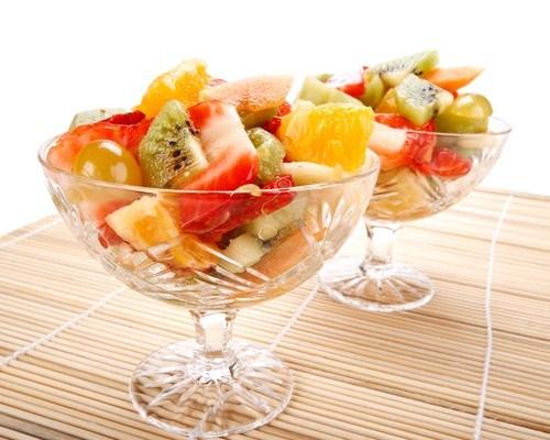 Ананасы с шампанским и смесью свежих фруктов