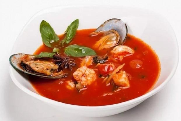 Томатный суп с креветками и рыбой