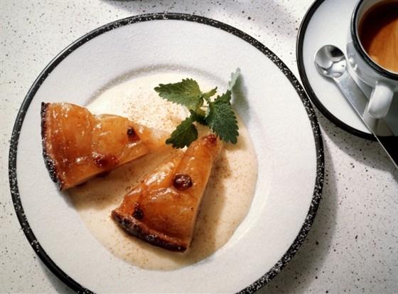 Французские яблочные пирожные с грецкими орехами, медом и изюмом