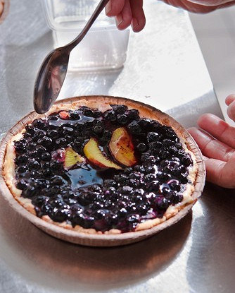 Открытый пирог с черникой и персиками