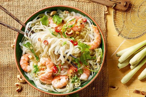 Тайский салат из стеклянной лапши с креветками