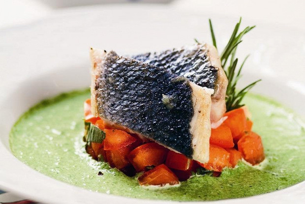 Зеленый суп из молодого шпината и спаржи с тартаром из помидоров и кусочками жареного сибаса