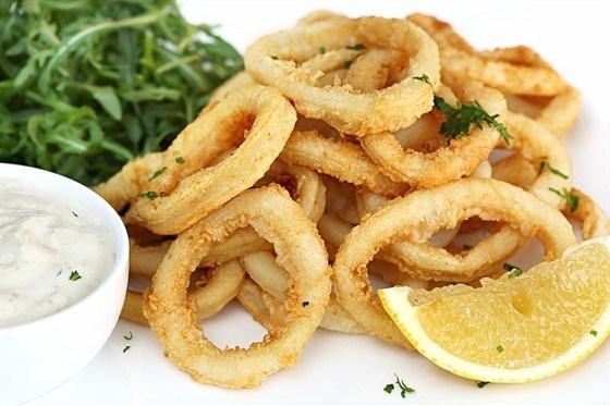 Жареные кольца кальмаров в тесте из нутовой муки с салатом из петрушки