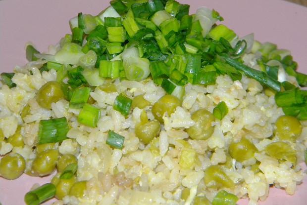 Рис с яйцом, горошком и соевым соусом