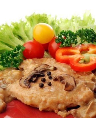 Свинина под грибным соусом со сметаной и укропом