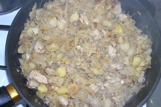 Картошка, тушеная с квашеной капустой и курицей