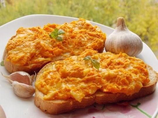 Закусочные бутерброды с морковью и брынзой