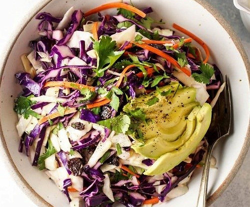 Детокс-салат с лимонно-имбирной заправкой