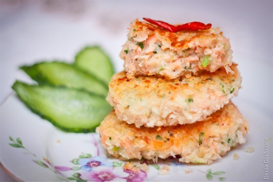 Английские котлеты с лососем, брокколи и картофельным пюре