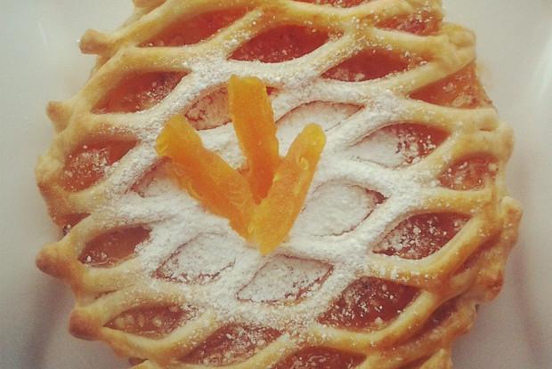 Пирог из слоеного теста с абрикосовым джемом, курагой и миндалем