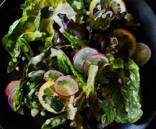 Салат с зеленым горошком и лимоном