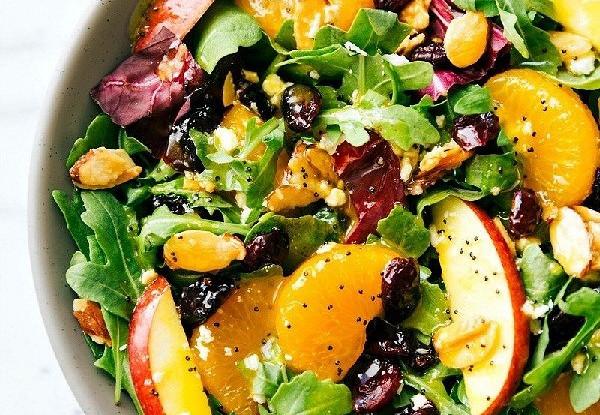Салат с миндалем, мандаринами,  яблоками и апельсиновой заправкой и маком