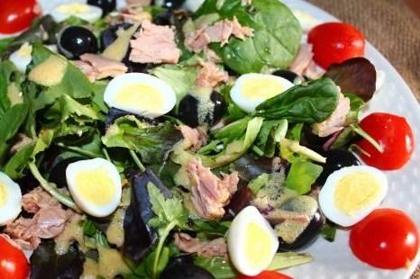 Салат с тунцом, соленым огурцом и перепелиным яйцом