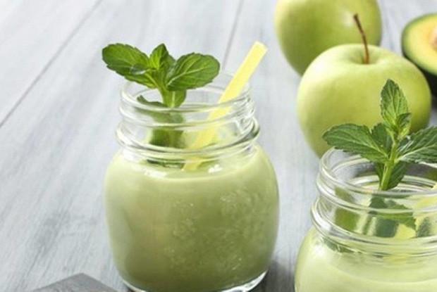 Смузи из авокадо, огурца и яблока