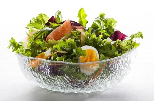 Салат из листьев одуванчика с помидорами черри