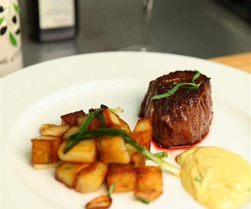 Турнедо из говядины с соусом Беарнез и картофелем, обжаренным с чесноком