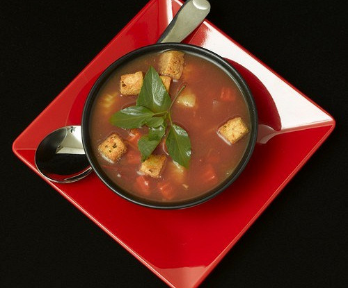 Суп со шпиком, помидорами и чесноком