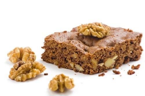 Быстрый песочный торт с орехами и изюмом