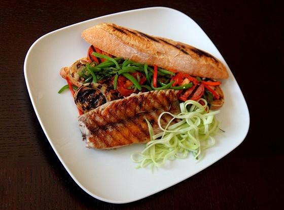 Сэндвич с макрелевым тунцом и овощами, обжаренными на гриле