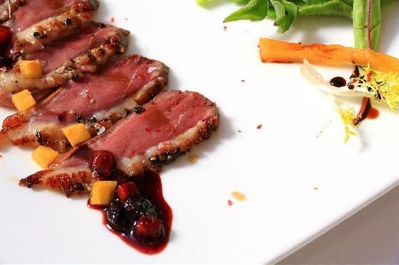 Жареная утка с соусом из красной смородины