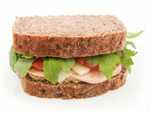 Сэндвичи со свежим мясным хлебом, рукколой, майонезным соусом и цельнозерновым хлебом