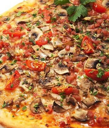 Пицца с грибами, помидорами и пряными травами