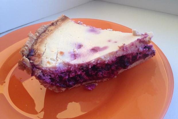 Чернично-сметанный пирог на цельнозерновом корже
