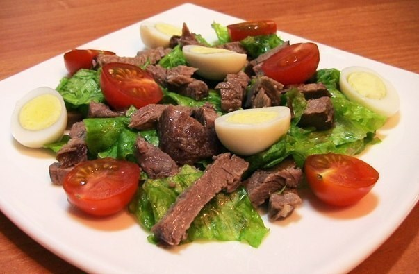 Салат с говядиной, помидорами и яйцом