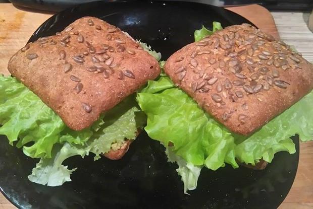 Сэндвич с жареным лососем