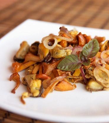 Жареные в духовке шиитаке, портобелло и шампиньоны с чесноком и розмарином