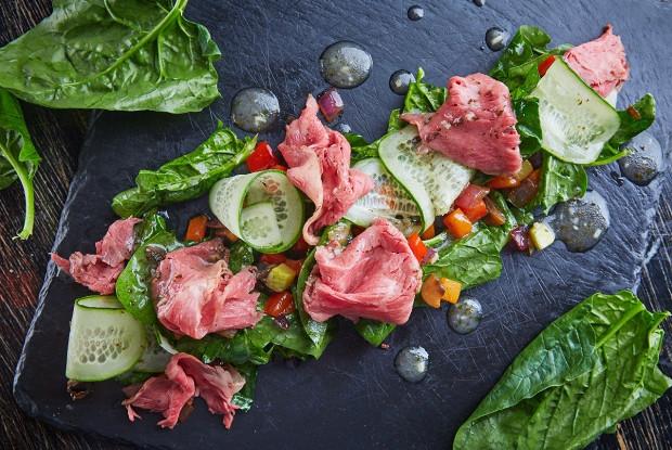 Салат с пастрами и овощным рататуем