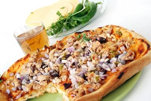 Пицца с жареной щукой и копченой мойвой