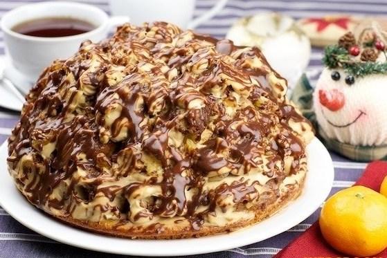 Бисквитный торт со сметанным кремов и шоколадной глазурью