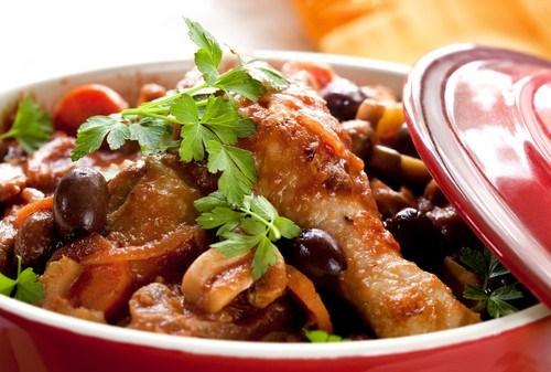 Курица с каперсами, анчоусами, чесноком и оливками в томатном соусе