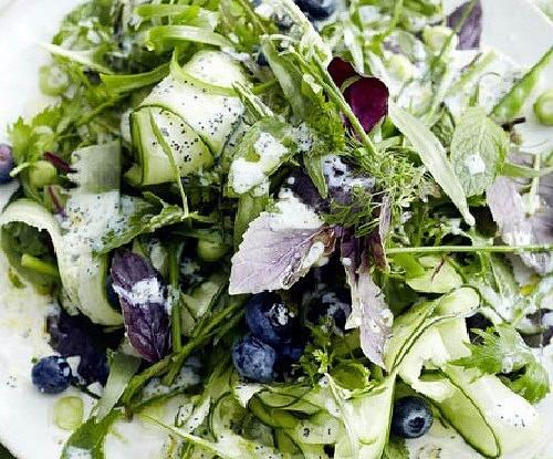 Салат из зелени и голубики и сливочной заправкой