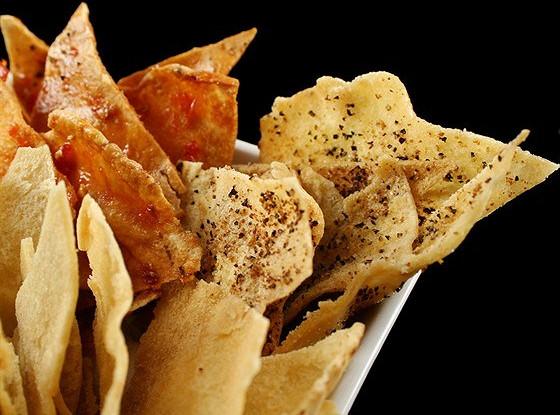 Хрустящие чипсы из питы с чили и сыром
