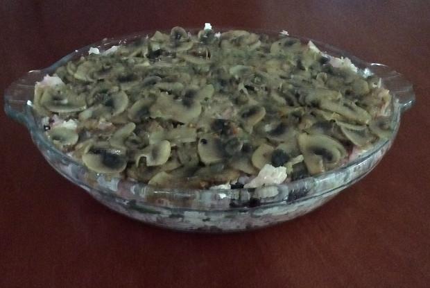 Салат с творогом, грибами и копченой курицей