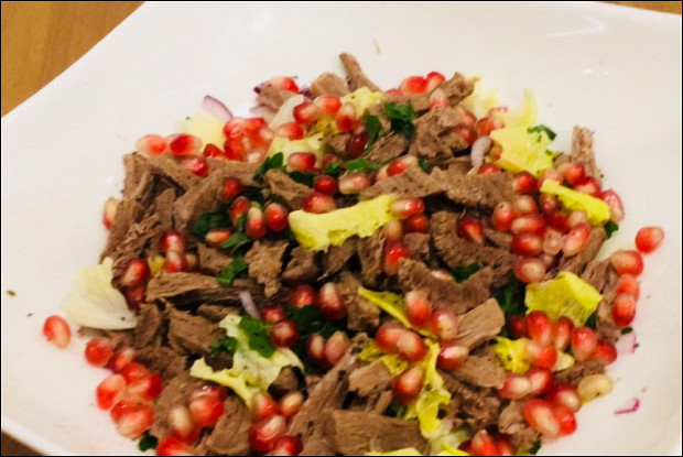 Салат из мяса с луком и зернами граната