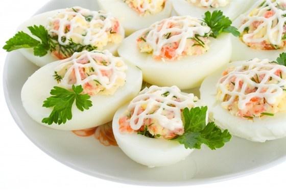 Корзиночки из яиц с салатом