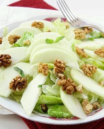 Зеленый салат с яблоками и орехами