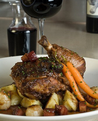 Курица в красном вине с грибами, панчеттой, колбасным фаршем и пряностями